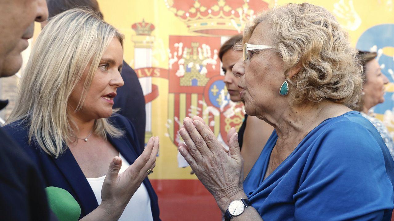 Mari Mar Blanco pide a Carmena que coloque el cartel con la imagen de su hermano.Manuela Carmena hablando con Rita Maestre
