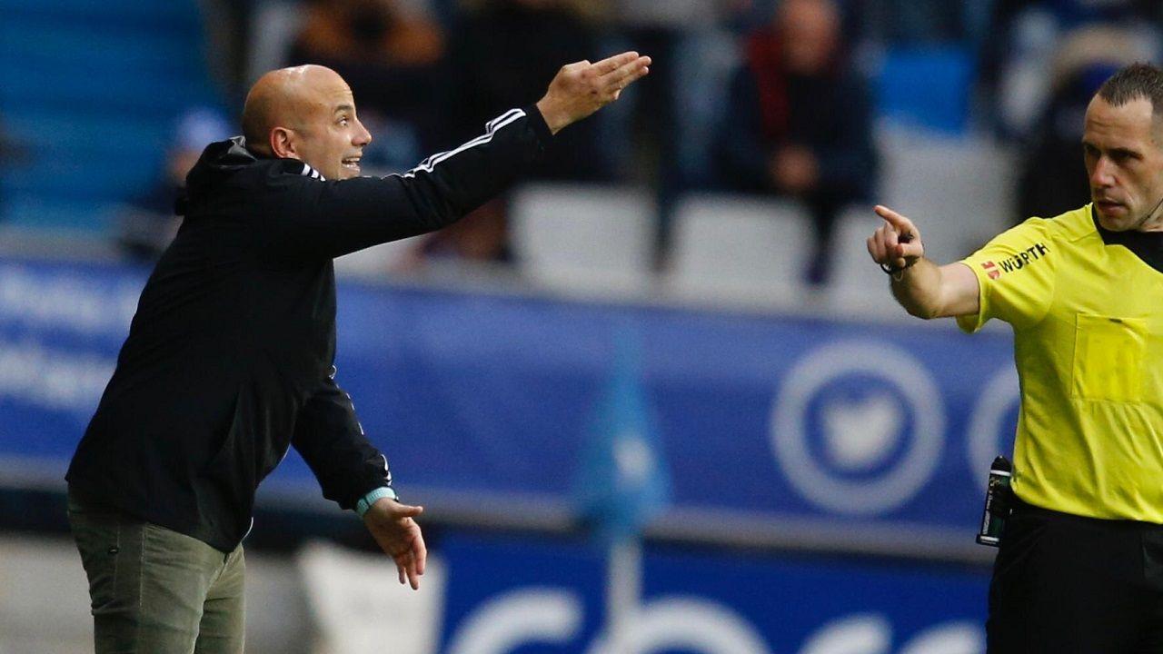 Javi Rozada, con Gorostegui Fernández delante, durante el Oviedo-Sporting