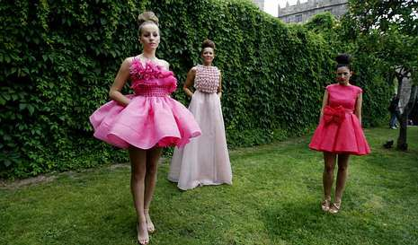 Conchita Wurst cierra el desfile de Gaultier.Eva Soto (derecha) posando con sus modelos antes de que la lluvia obligase a suspender el desfile.