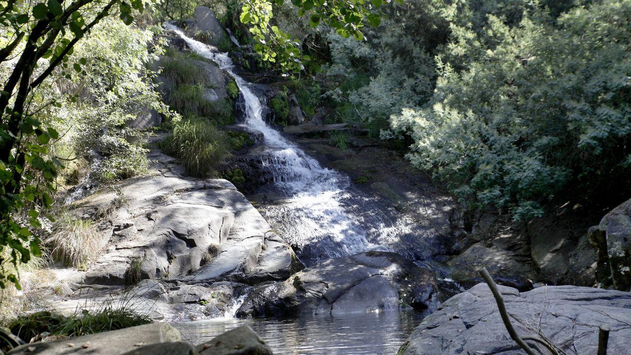 Dos de los saltos de agua son de gran tamaño. Este cae sobre las rocas, el otro tiene varios metros de caída libre