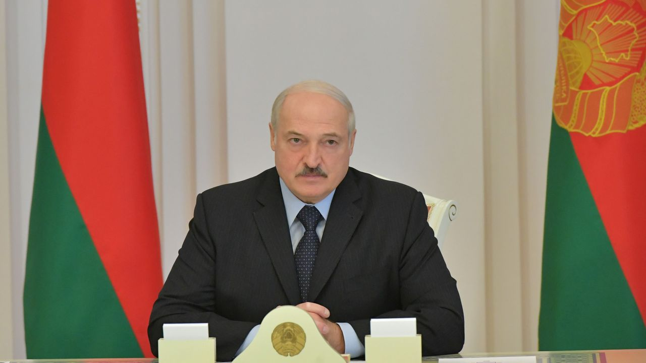 Docentes bielorrusos se manifiestan a favor de la oposición, que califica como fraudulentas las elecciones del pasado domingo, y en contra de la violencia policial utilizada para contener las protestas