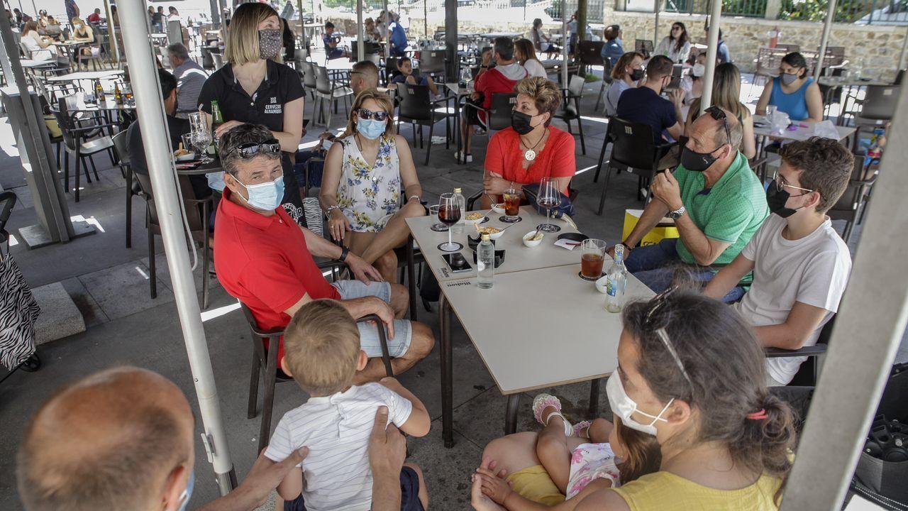 Desde ayer en las terrazas de la comarca se pueden sentar hasta un maximo de 15 personas por mesa