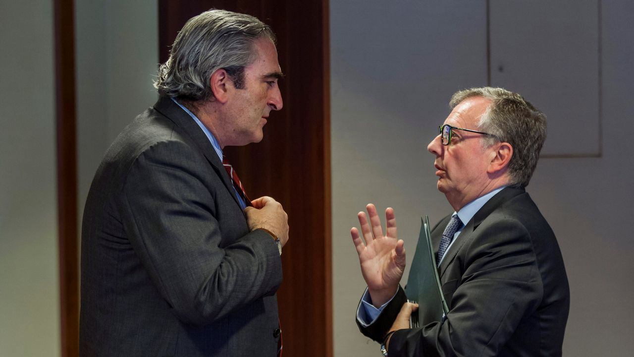 Adrián Barbón.El consejero de Sanidad de Asturias, Francisco del Busto (d) y el diputado del PP. Carlos José Suárez, conversan en los pasillos de la Junta