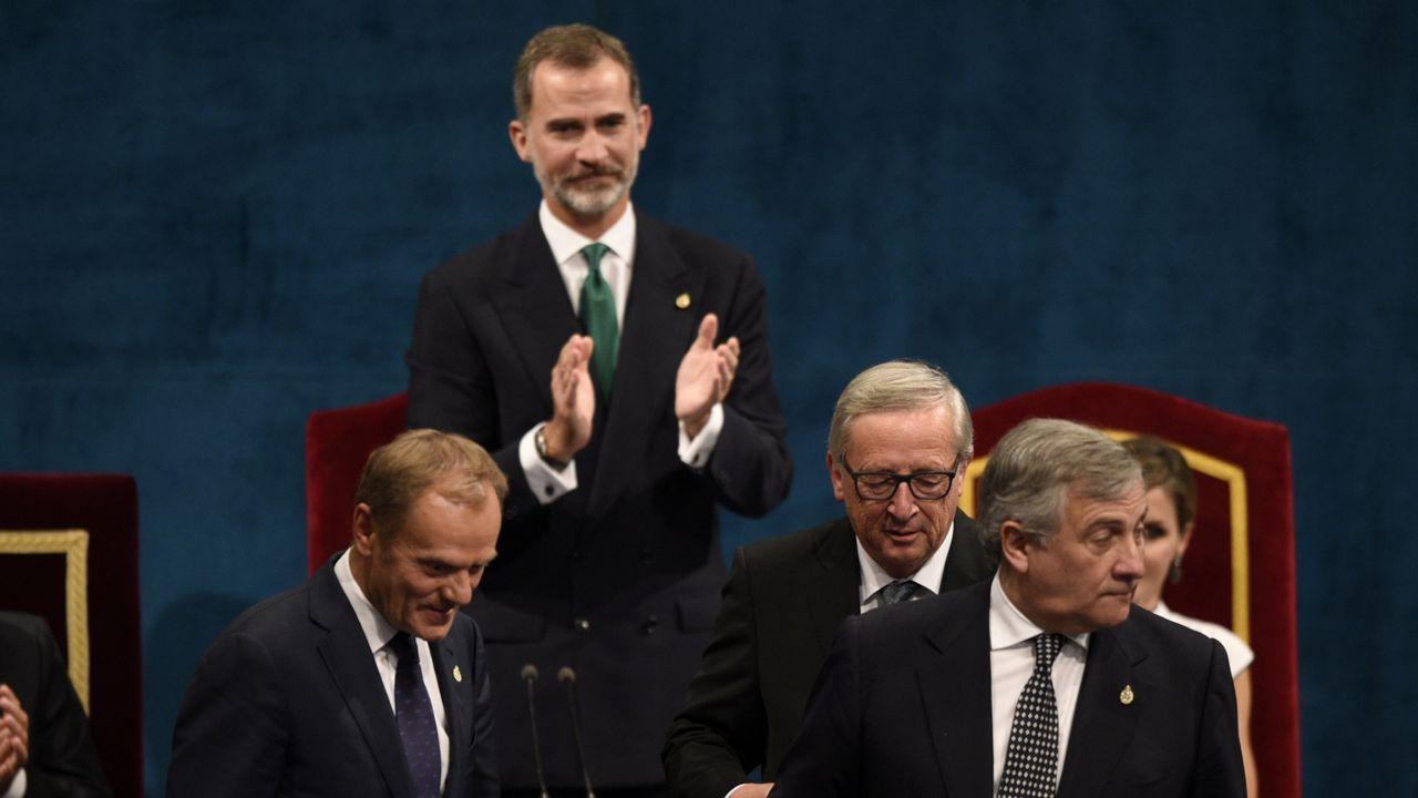 Felipe VI: «España tiene que hacer frente a un inaceptable intento de secesión».El Rey, junto a Javier Fernandez y Luis Fernandez Vega