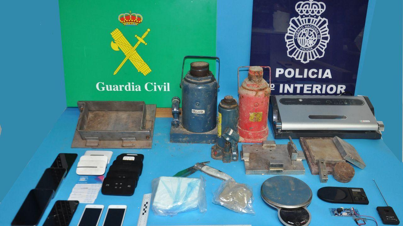 Parte del material que los cuerpos de seguridad intervinieron a la red afincada en Arousa