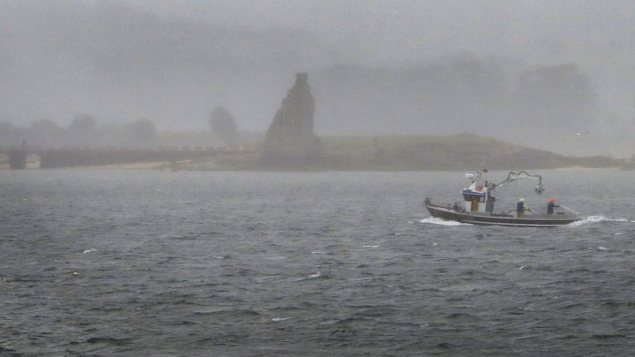 Turistas en Asturias con lluvia.El Golfo de Vizcaya, en 1966, cuando acabó varado en O Vicedo tras tener problemas mientras navegaba a la altura de Estaca de Bares