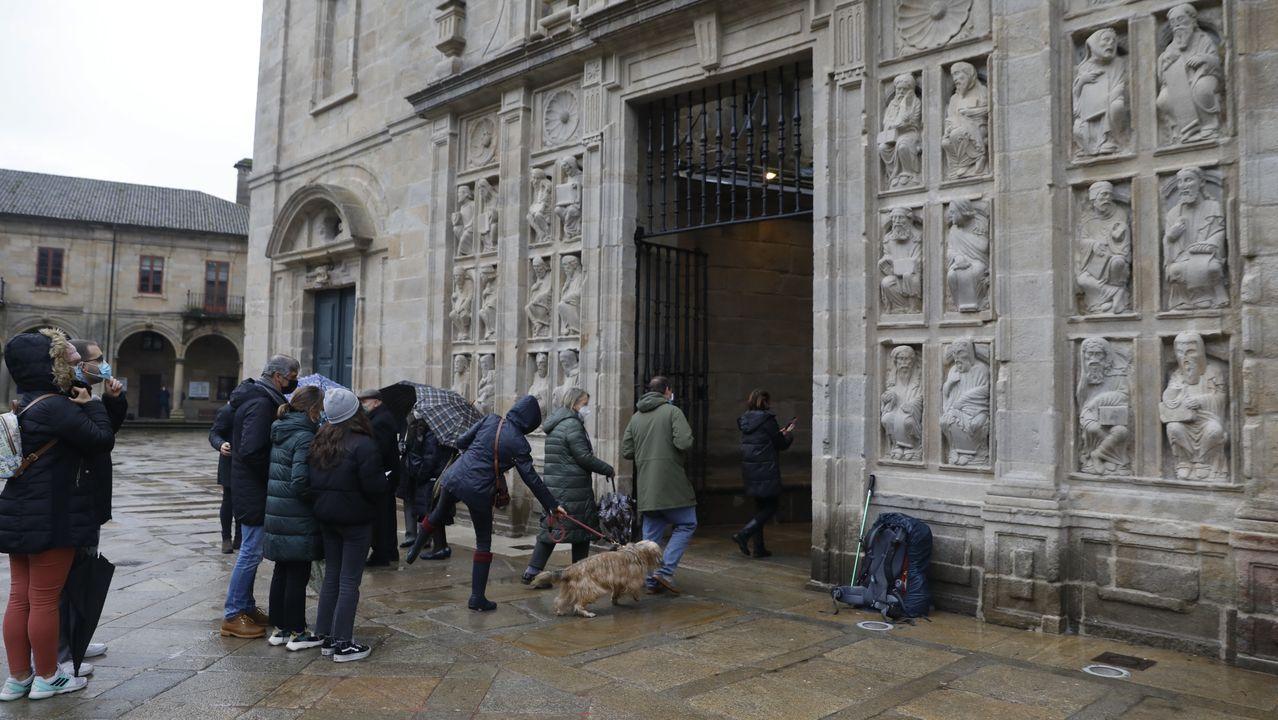 Colas para entrar por la Puerta Santa de la catedral de Santiago