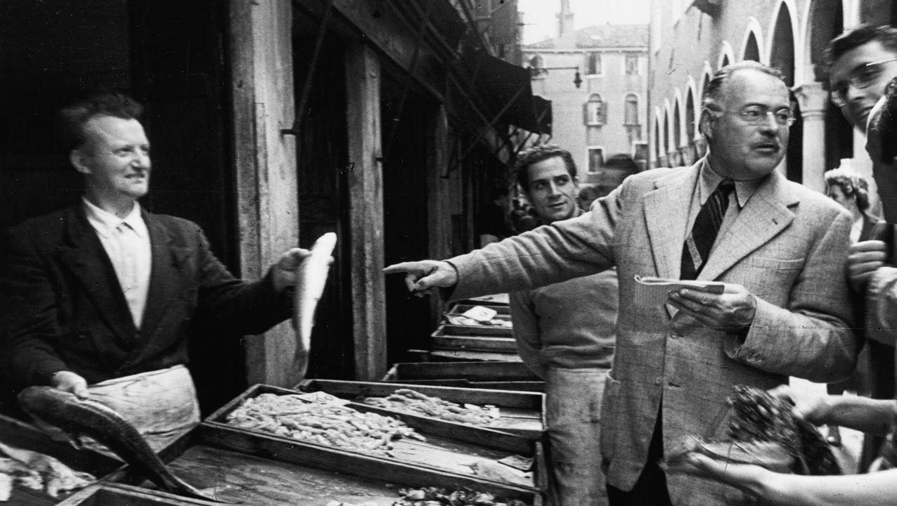 Ernest Hemingway, retratado en el mercado de pescado de Rialto, en Venecia