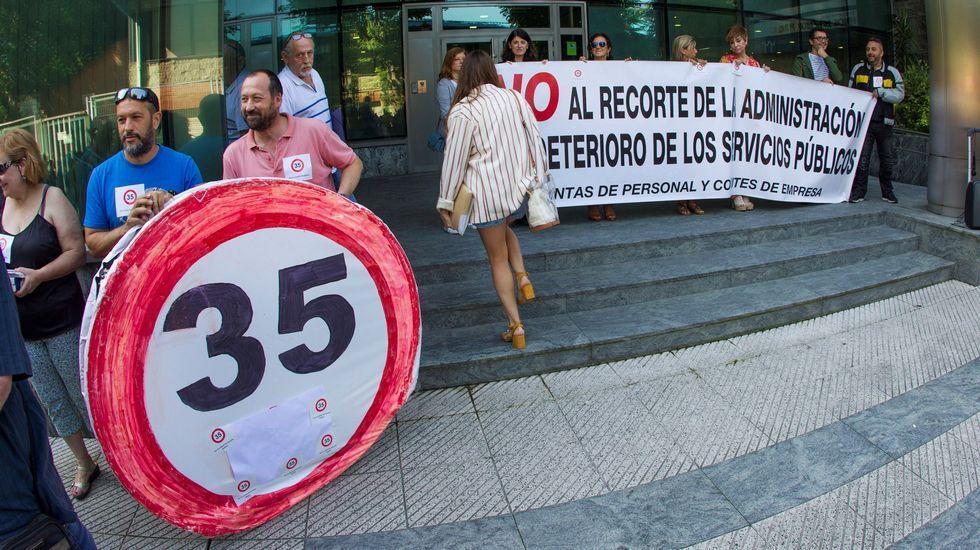 Manifestación contra el impuesto de sucesiones.La Junta de Personal Funcionario del Principado de Asturias, durante la concentración frente a la sede de la Consejería de Hacienda, para protestar y mostrar su rechazo al proyecto de ley de Función Pública, que se está tramitando en la Junta General del Principado y que considera insuficiente.