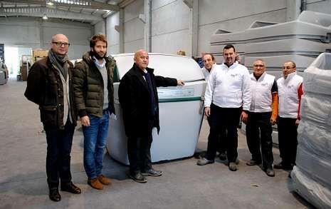 Responsables del Consorcio, de la empresa y de la Fundación ONCE junto a los nuevos contenedores.
