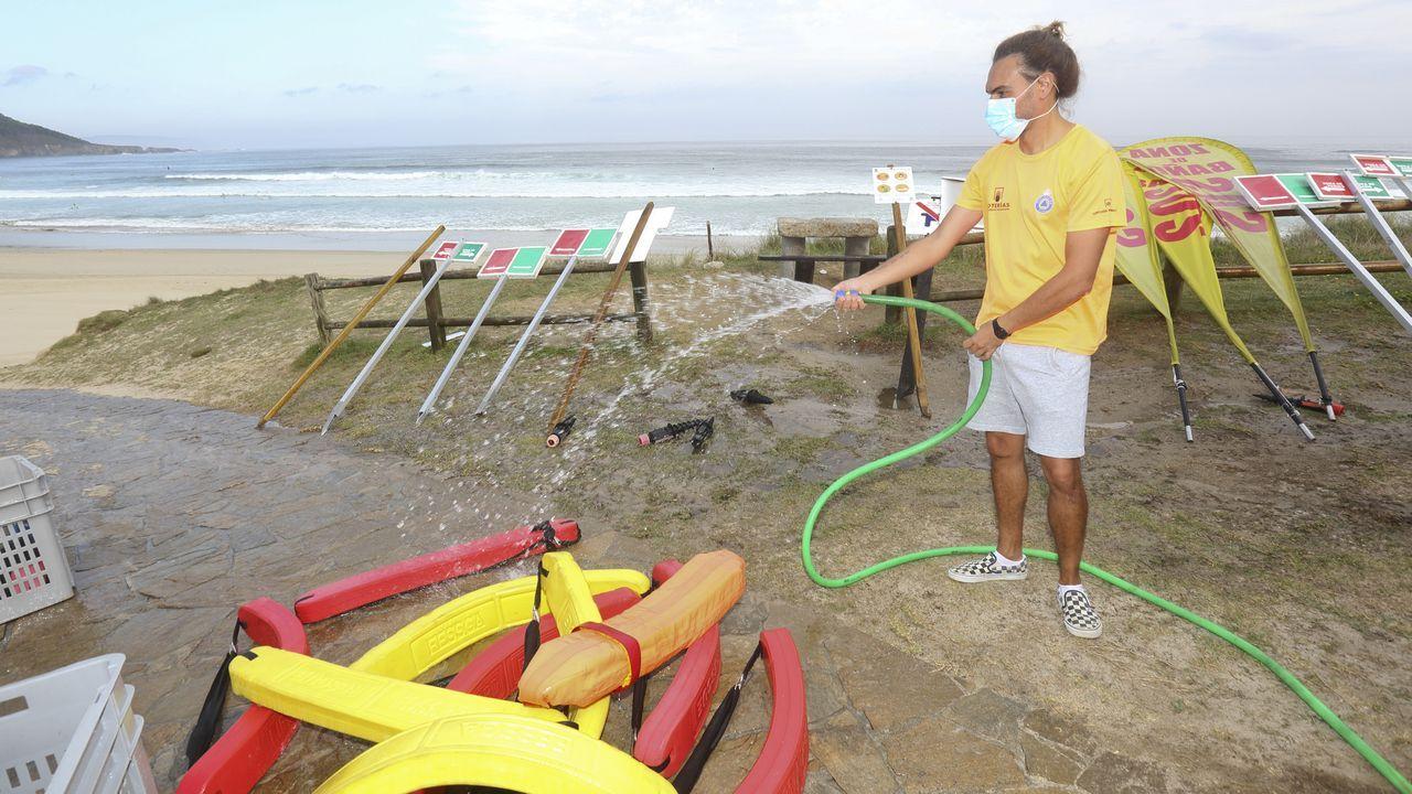 río piles desembocadura.Las playas y ciudades gallegas preparan la llegada de visitantes. En la imagen, el arco que limitará el aforo en la playa de Riazor, en A Coruña