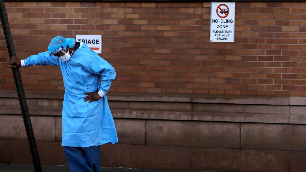 Un sanitario de Nueva York se toma un descanso, visiblemente afectado por la situación