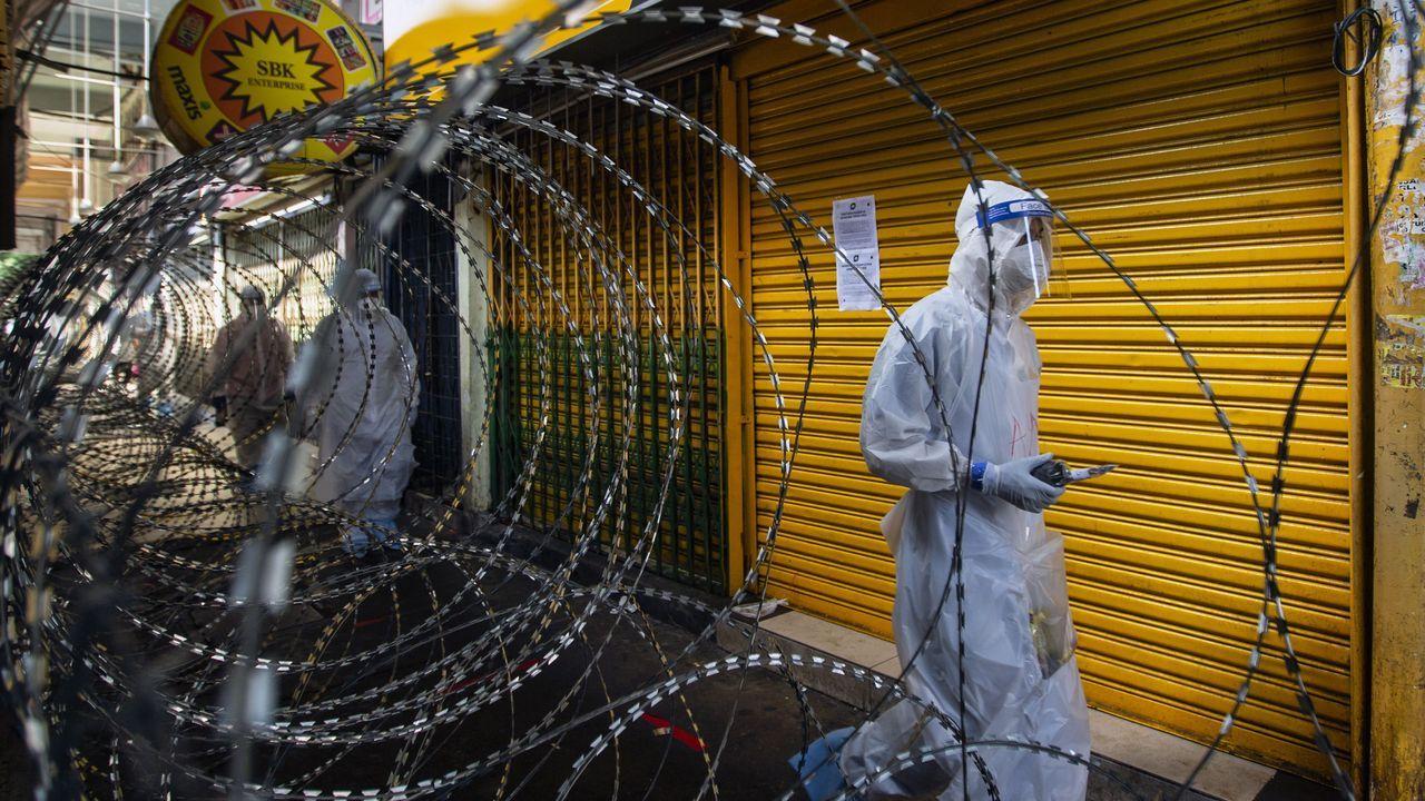 Un sanitario, en un área de Kuala-Lumpur clausurada a causa de la pandemia