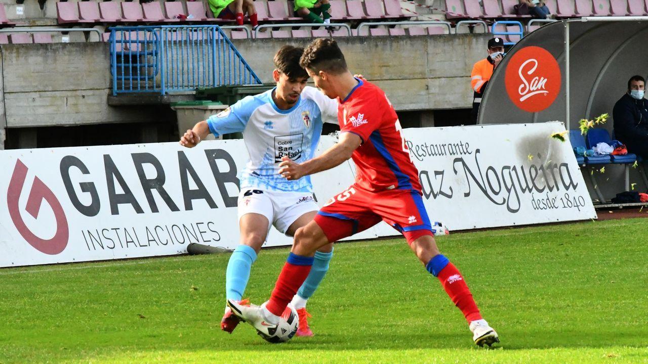 Guille Bernabeu Claudio Medina Vetusta Burgos El Requexon.Los jugadores del Oviedo, tras la derrota en el Tartiere ante el Albacete
