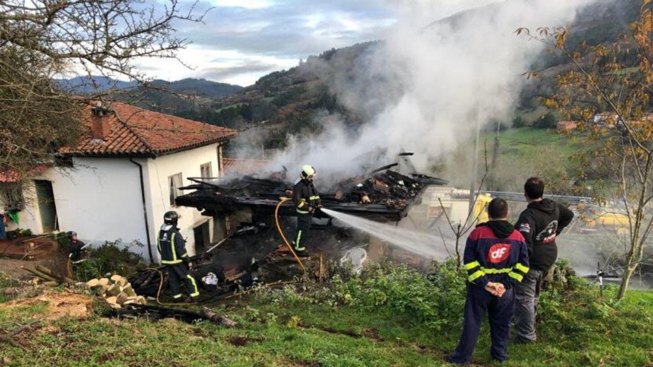 Los bomberos, durante la intervención en una finca de Salas