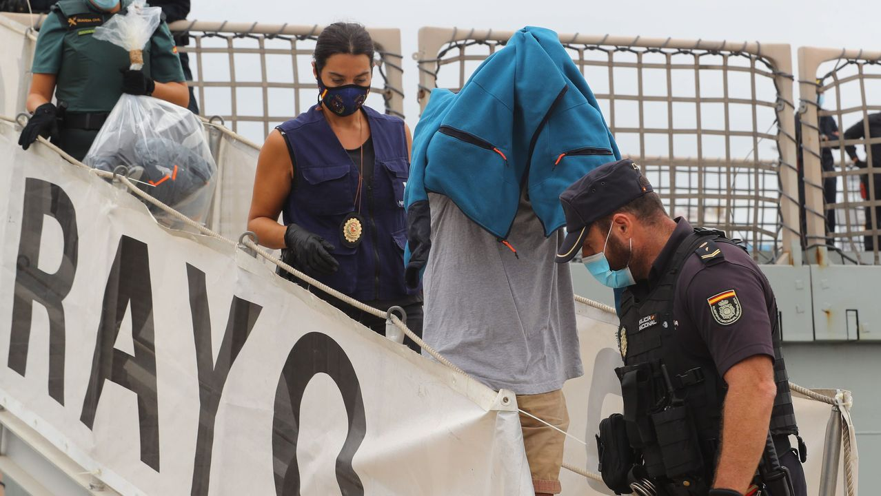 Uno de los detenidos a su llegada este martes a la Base Naval de Las Palmas de Gran Canarias