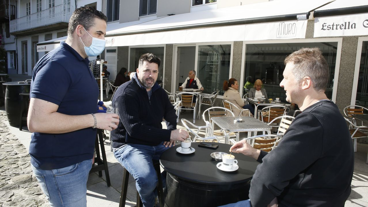 Primer domingo de fase 1 en Galicia: nadie se queda en casa.La policía indica que por la mañana con el café la distancia se mantiene; con alcohol el riesgo crece
