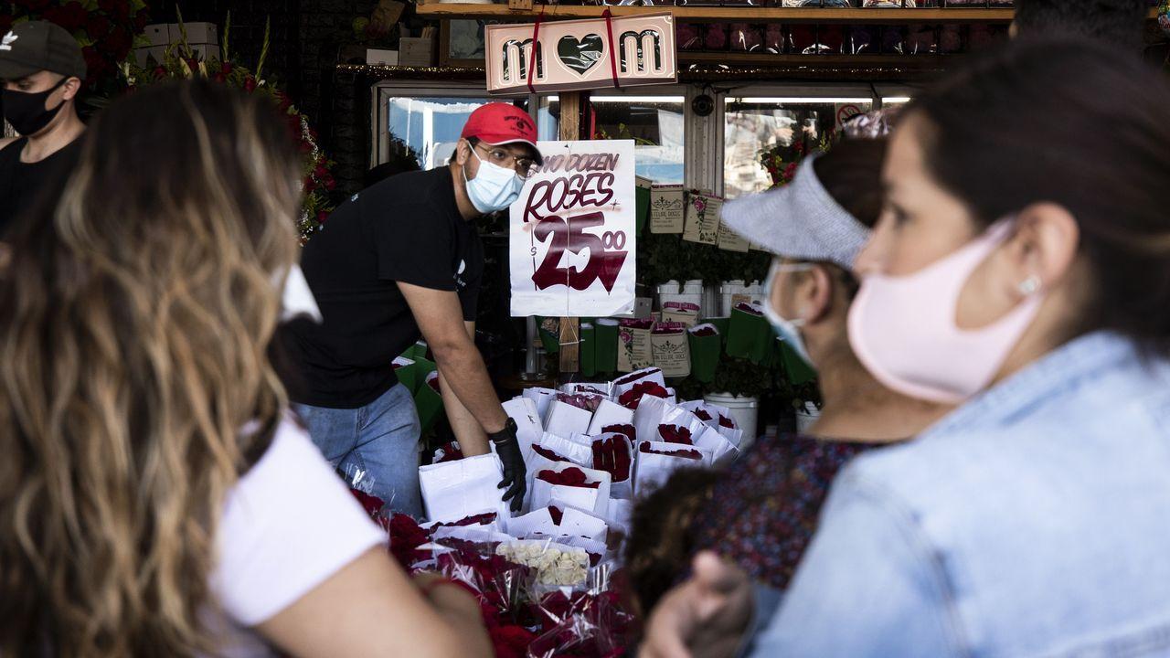 Clientes compran flores en 'Lupita's Flowers' antes del Día de la Madre en Los Ángeles