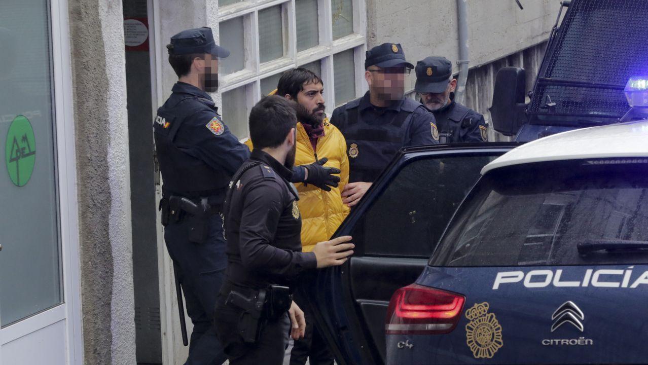 Asturias vive su primer día de confinamiento.Imagen de archivo de un coche patrulla de la Policía Nacional en la viveirense plaza de Lugo