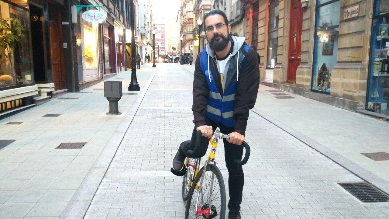 clase, aula, educación, Asturias, vuelta al cole.José Andrés Medina, en su bici, en una calle del centro de Gijón