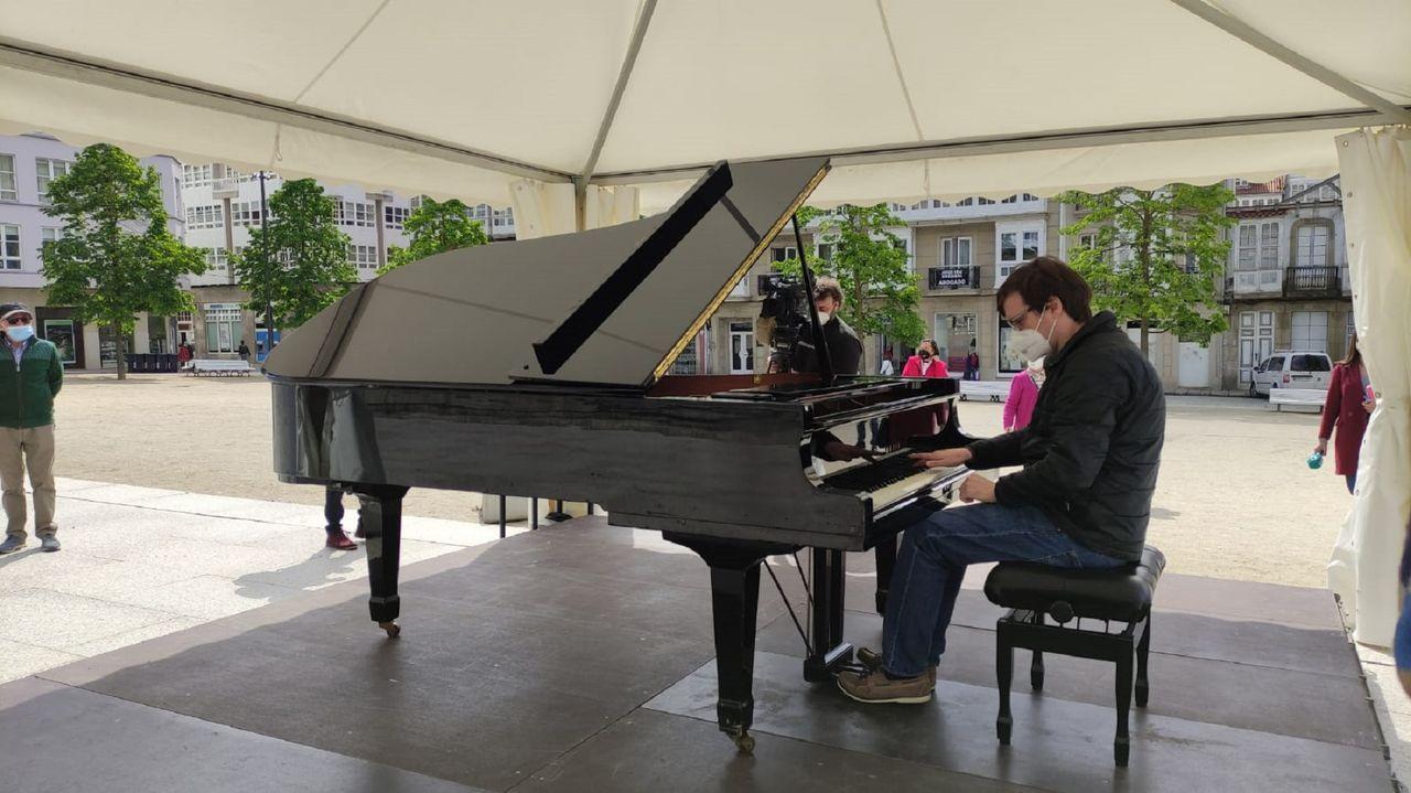 Pablo Galdo, director del certamen, tocando ayer el piano de cola que se instaló en la plaza de Armas para que lo tocase quien quisiese. Los días 7 y 8 de mayo se repetirá la iniciativa