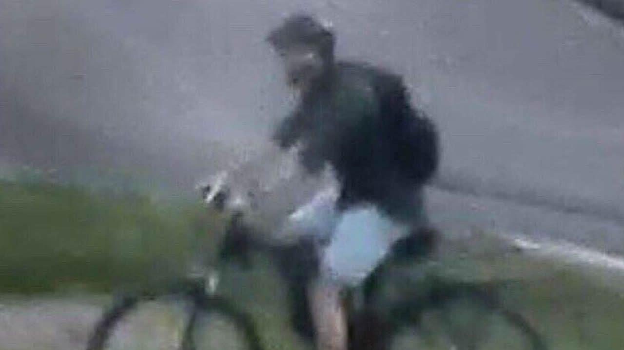 Foto capturada por una cámara de vigilancia, y distribuida por la Policía francesa, del sospechoso de cometer el atentado de Lyon