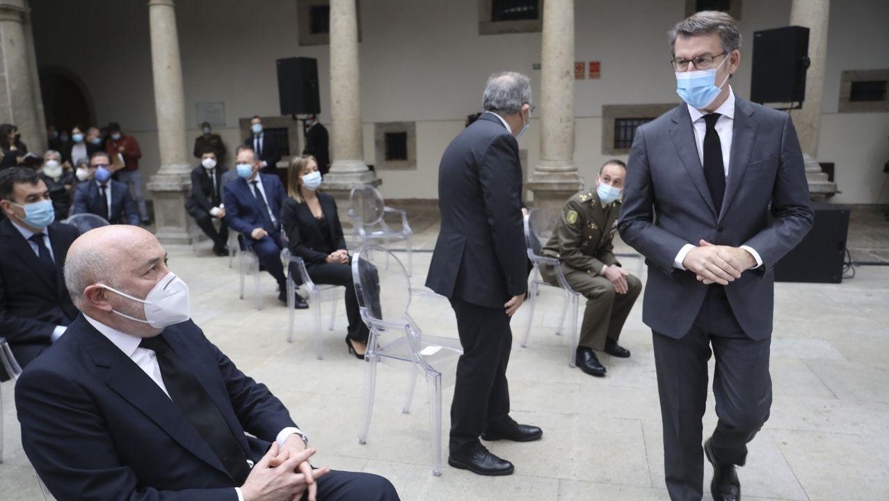 Las imágenes de las barricadas en la A-8.Javier Losada (sentado a la izquierda) y Núñez Feijoo (de pie) se miran en el homenaje a las víctimas de la pandemia celebrado el pasado dia 13 en Santiago
