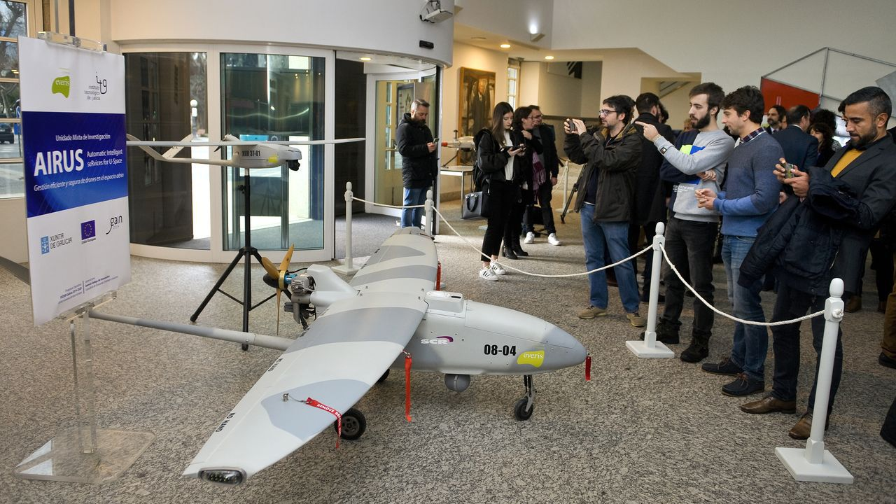 Uno de los drones gallegos, expuestos este miércoles durante la presentación en A Coruña del proyecto Airus para la gestión del tráfico aéreo de estos dispositivos