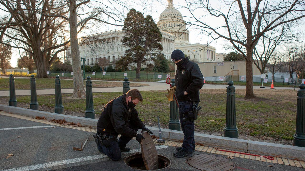 Agentes de la Policia del Capitolio inspeccionan y sellan una alcantarilla en los terrenos del edificio