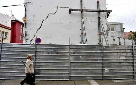 <span lang= es-es >Aprobada la demolición de un edificio en ruinas</span>. El gobierno local aprobó ayer la demolición del edificio en ruinas entre la calle Santos y la Alegre. Los trabajos costarán 28.262 euros.