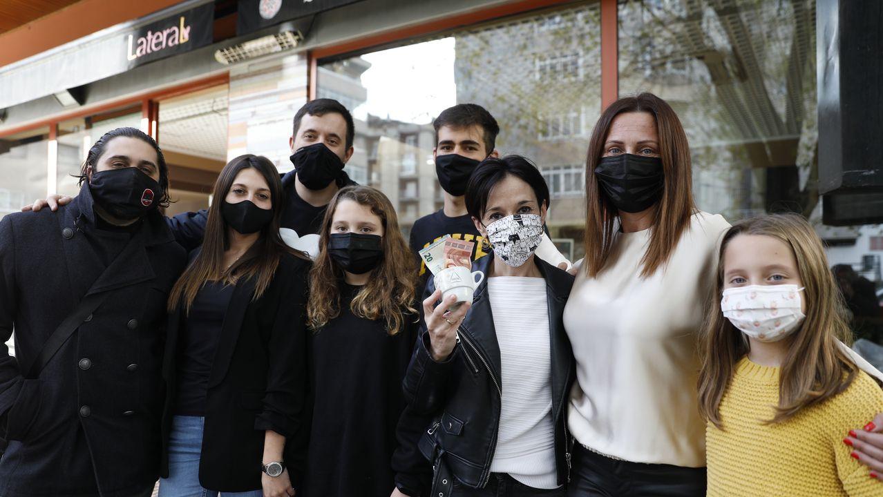Loly Soto dejó una propina de 30 euros en Lateral.Protesta de los hosteleros, el pasado sábado, contra el cierre de sus negocios en Monforte