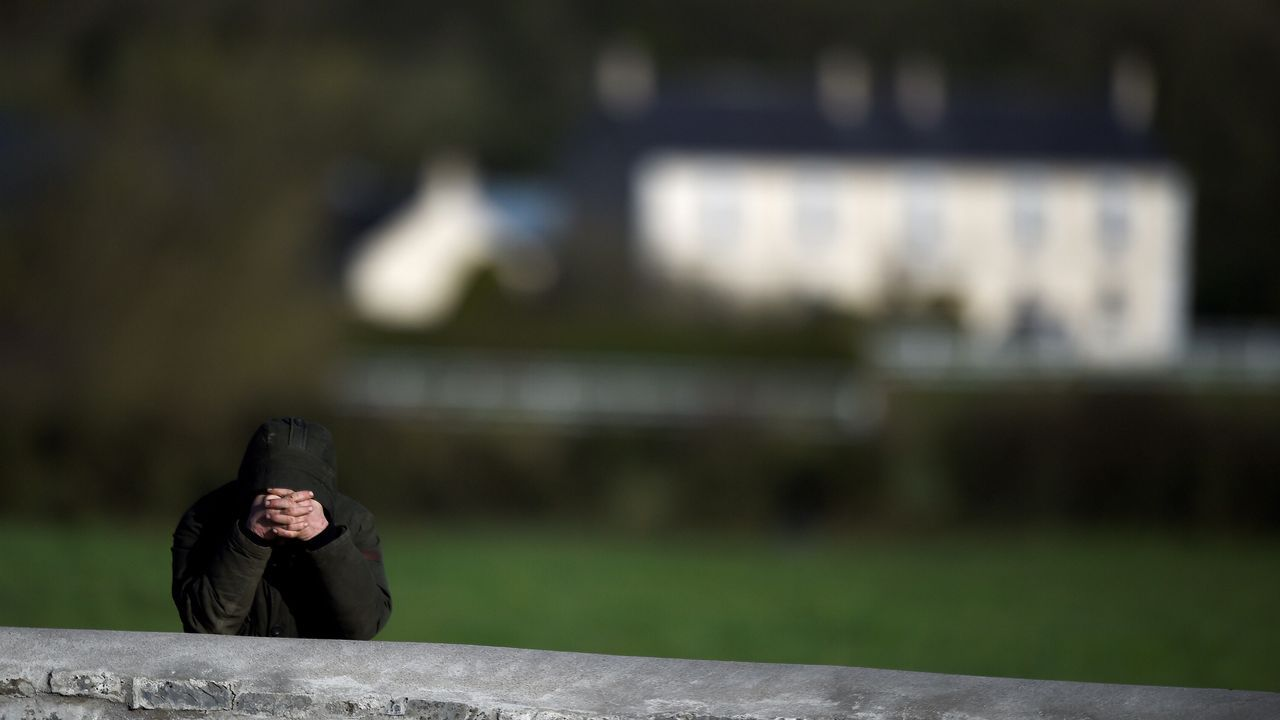 Un seguidor de Dolores O'Riordan reza en los exteriores d la iglesia de St Alibe en Ballybricken (Irlanda).