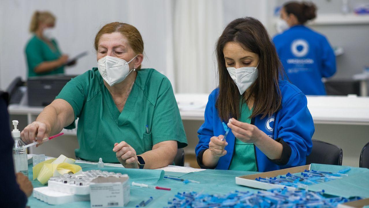 Enfermeras cargando vacunas contra el covid-19 en Expocoruña