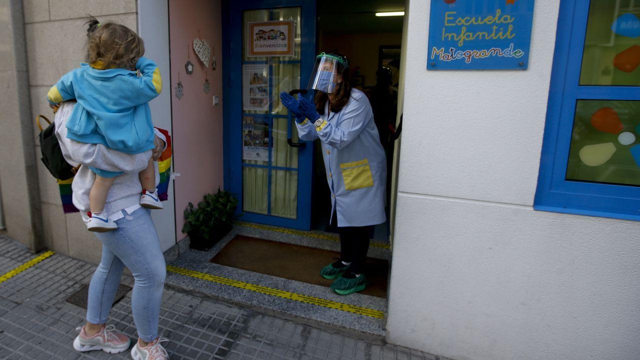 El personal de las escuelas recibió a los más pequeños provisto de todo tipo de material de protección, como en esta escuela Os Pequerrechos de A Coruña