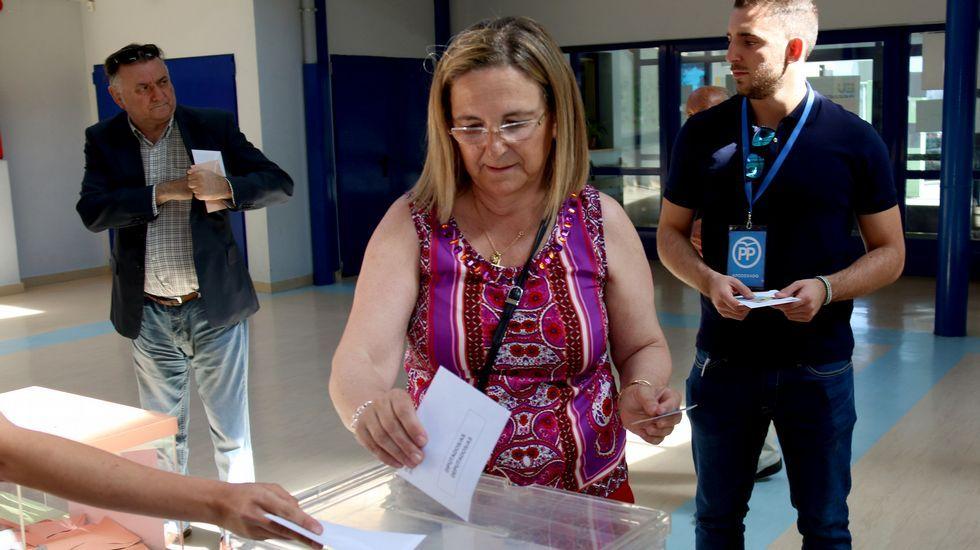 Irene Garrido, candidata viguesa al Congreso, votando en el CEIP Ramón y Cajal