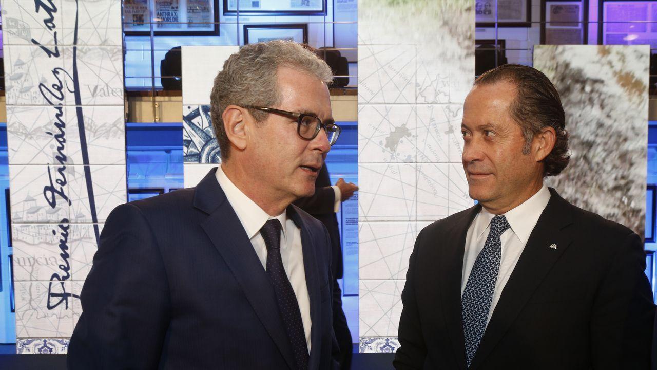 El presidente de Inditex, Pablo Isla, charlando con Juan Carlos Escotet, presidente de Abanca