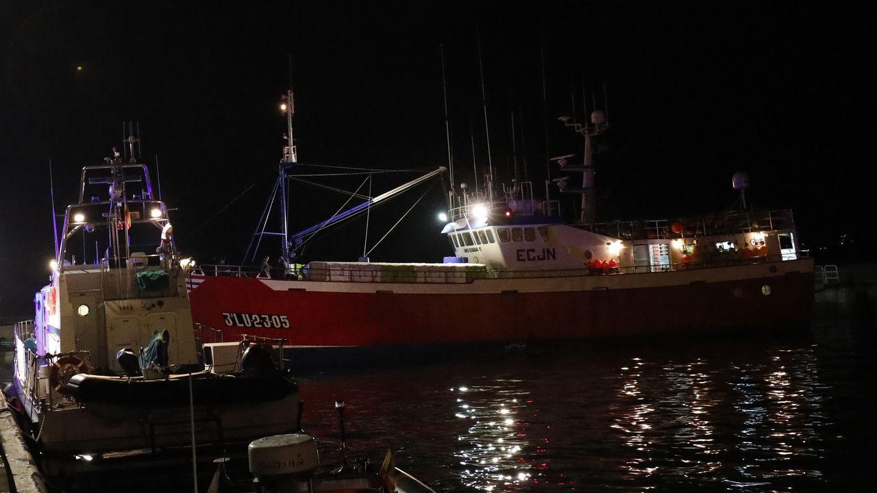 Al fondo, el Adviento Uno, atracado en Burela con 16 tripulantes coninados por covid-19 desde que regresó de los caladeros de Gran Sol el pasado día 15