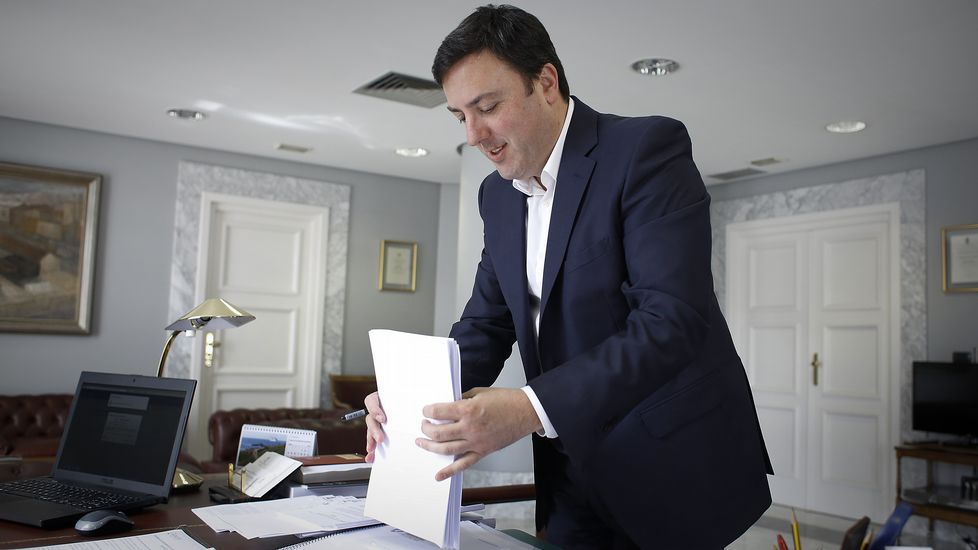 El cercedense Adrián Candamio se marcha de Rubén Fernández.
