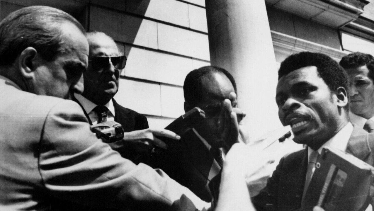 Fernando Morán intenta tranquilizar el jefe de protocolo de Guinea Ecuatorial tras el incidente protocolario a la llegada del presidente de Guinea a Moncloa en 1983