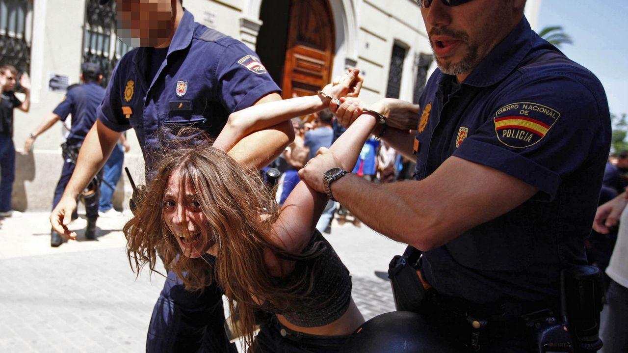 La madre de los pequeños de Godella fue detenida en el 2011 en Valencia en una protesta de los  indignados del 15M, y acusada de desórdenes públicos y atentado a la autoridad, por lanzar botellas y propinar patadas a los agentes