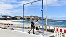 Las playas y ciudades gallegas preparan la llegada de visitantes. En la imagen, el arco que limitará el aforo en la playa de Riazor, en A Coruña