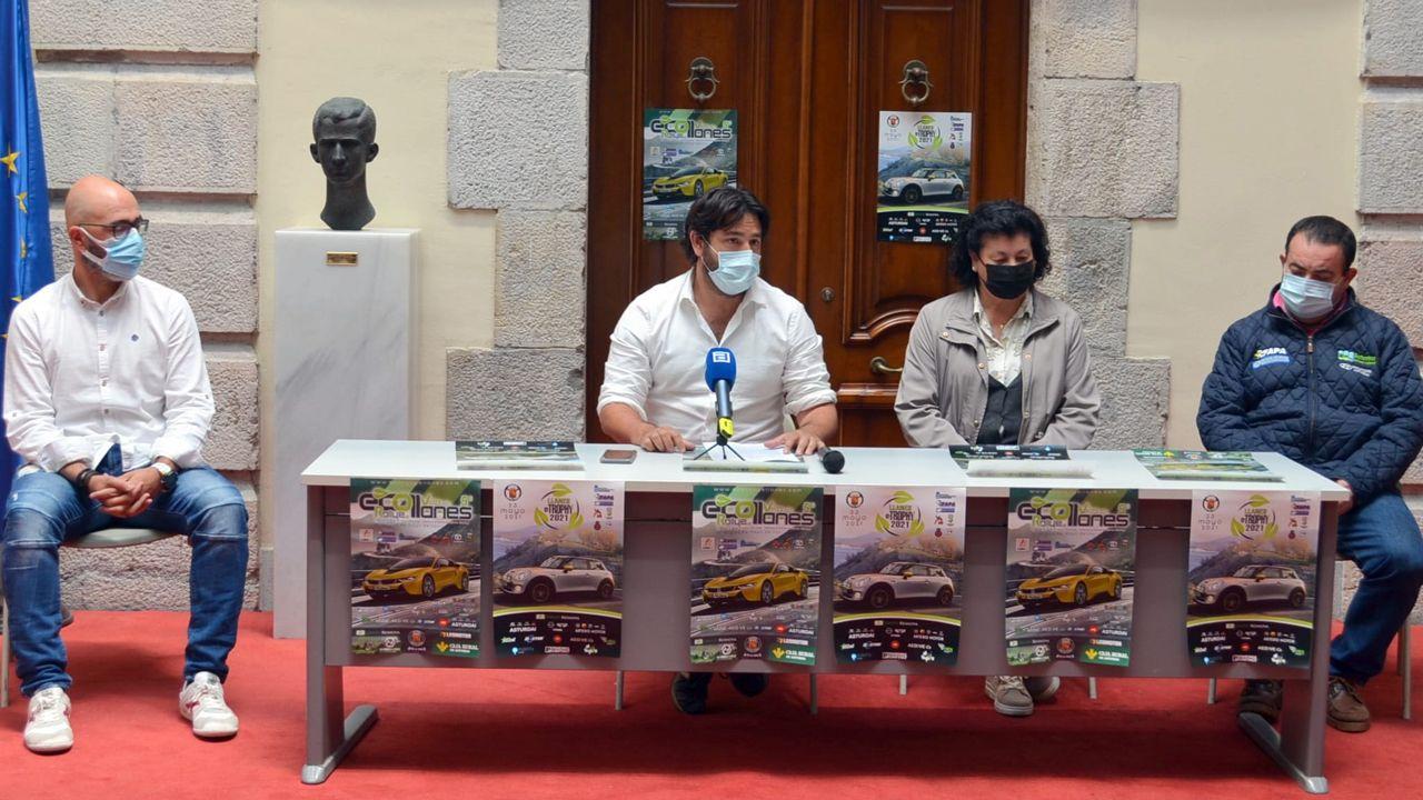 Autoridades y organizadores durante la presentación del eco rallye villa de Llanes el pasado martes en el Ayuntamiento