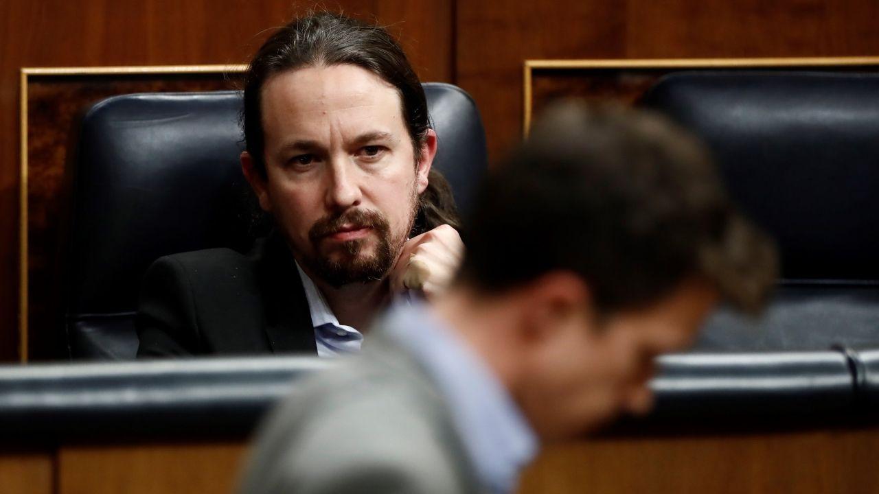 Íñigo Errejón pasa por delante de Pablo Iglesias en el Congreso, en una imagen de marzo del 2020