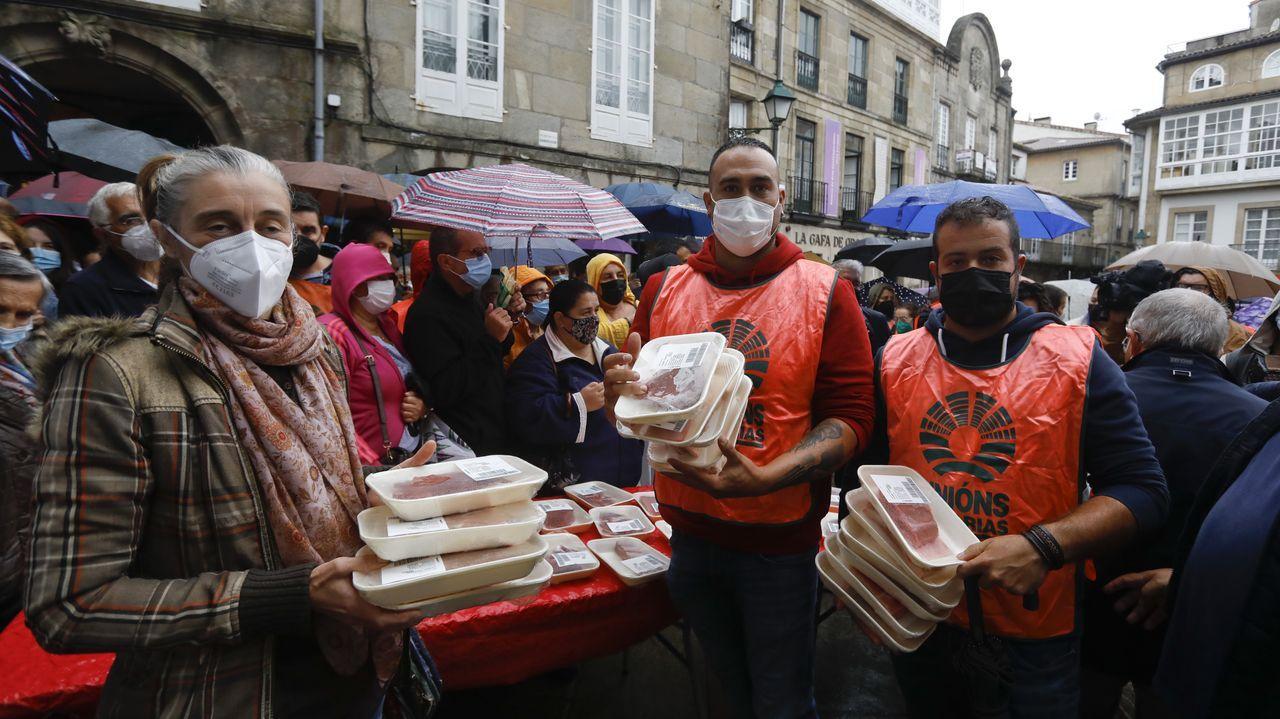 Unións Agrarias reparte más de mil kilos de carne en Santiago para denunciar los bajos precios que perciben los ganaderos