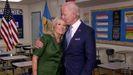 Joe Biden besa a su mujer, Jill, en una imagen difundida durante la Convención del Partido Demócrata
