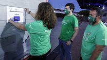 Voluntarios de Iberdrola terminan de empaquetar los respiradores para Asturias