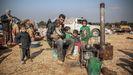 Un padre y su familia en un refugio improvisado creado para las familias que han huido de Saraqib y Sarmin