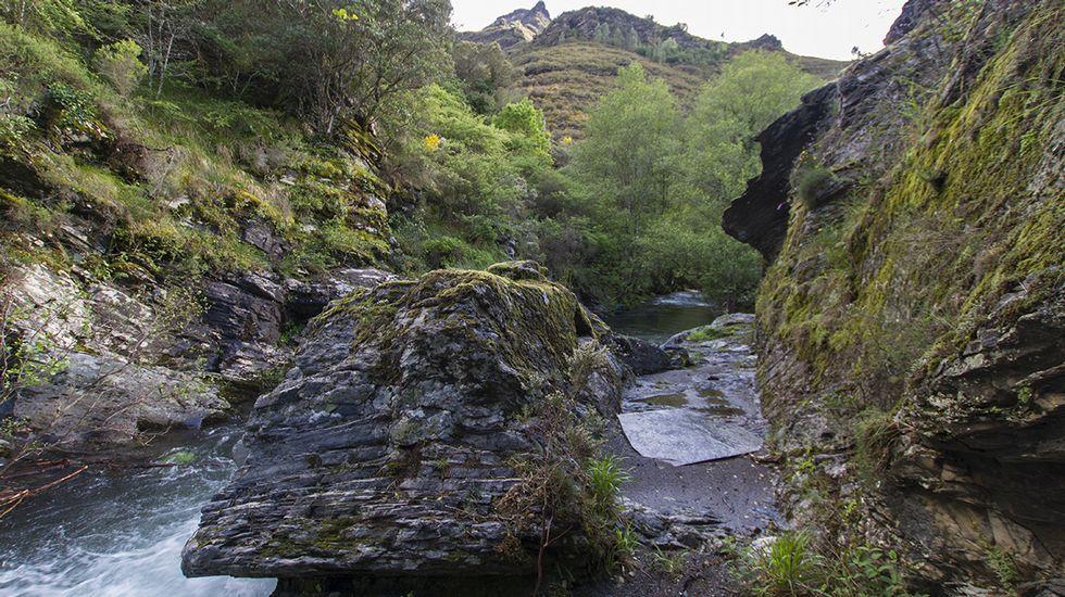 Un tramo de la antigua canalización minera visto desde dentro