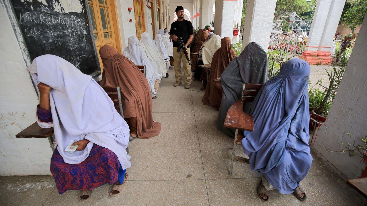 Un grupo de mujeres guarda turno para recibir un subsidio, como ayuda para el confinamiento, en  Peshawar, Pakistán