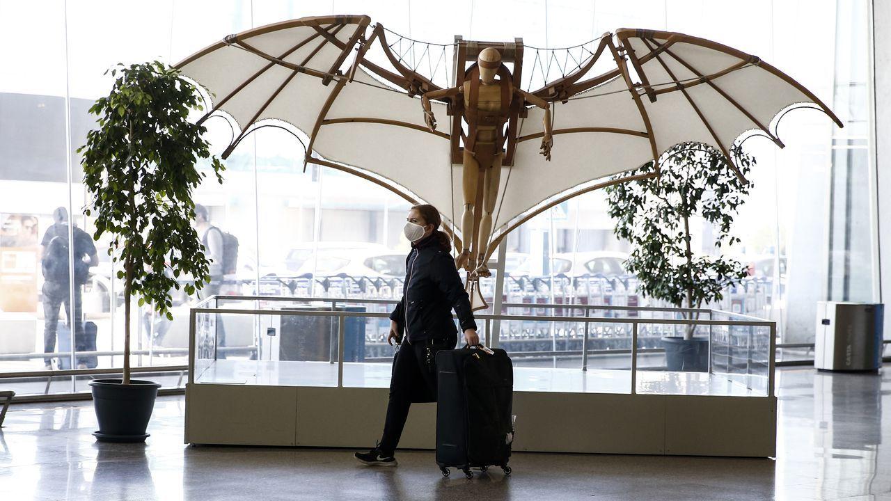 Un pasajero, en el aeropuerto romano de Fiumicino, que ha recuperado parte de sus vuelos